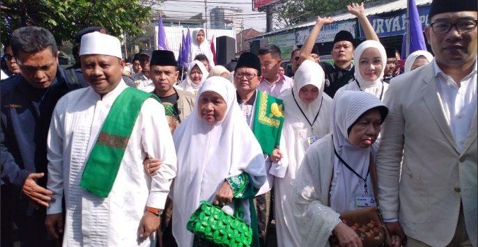 Calon Gubernur Jawa Barat Ridwan Kamil-Uu Ruzhanul Ulum saat shalat hajat sebelum mendaftar ke KPUD./foto: Twitter