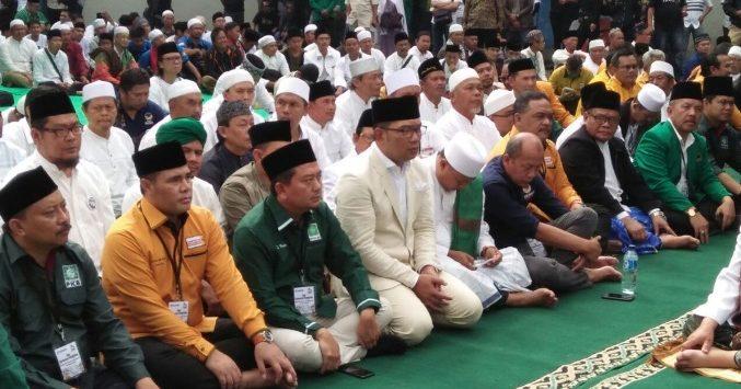 Calon Gubernur Jawa Barat Ridwan Kamil-Uu Ruzhanul Ulum shalat hajat sebelum mendaftar ke KPUD./foto: Twitter