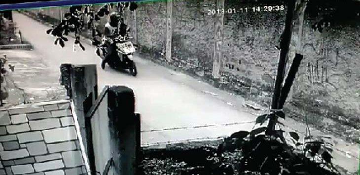OLAH TKP: Polisi dari Polsek Beji sedang melakukan olah TKP di lokasi pelecehan terhadap seorang wanita. INDRA SIREGAR / RADAR DEPOK