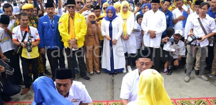 Bapaslon Cabup-Cawabup Dudy Pamuji-Udin Kusnaedi, sungkeman kepada kedua orang tua masing-masing sebelum menuju KPU untuk mendaftarkan diri. Dalam kesempatan itu juga dilakukan Deklarasi. FOTO:MUMUH MUHYIDDIN/RADAR KUNINGAN