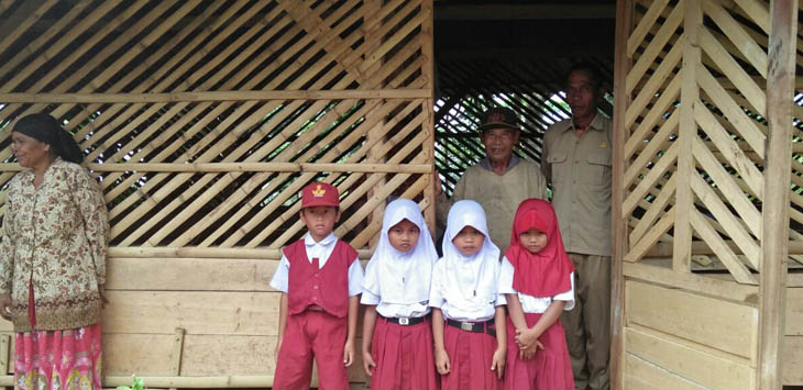 TAK LAYAK: Beberapa siswa dan juga guru SDN kelas jauh yang berada di Kampung Pasir Tarisi, Desa Malati, Kecamatan Naringgul, Cianjur Selatan, belajar di tempat mirip kandang hewan.