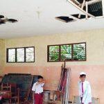 KERJA BAKTI: Beberapa siswa SDN Lebak Pari membersihkan ruang kelas yang kotor karena atap dan plafon ruang kelas berlubang. Sudah satu tahun rusak akibat angin puting beliung. ANDIKA/RADAR BOGOR