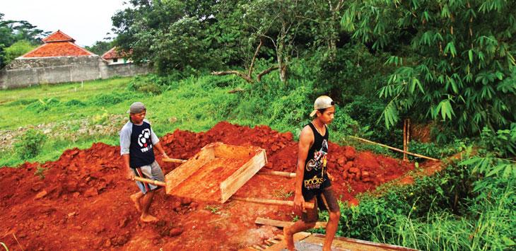 KONDISI TERKINI: Pekerja sedang beraktifitas diatas lahan bekas Situ Pasir Putih di kawasan RT01/ RW03, Kelurahan Pasir Putih, Kecamatan Sawangan. Ahmad Fachry/Radar Depok