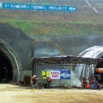 TERKENDALA: Proyek pembangunan terowongan Tol Cisumdawu di Kecamatan Pamulihan masih terkendala tanah yang keras. AGUN GUNAWAN/RADAR SUMEDANG