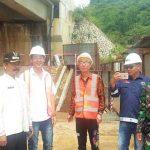 TINJAU PROYEK: Camat Pamulihan Hari Tri Santosa (Kiri) bepoto bersama seusai meninjau lokasi pembangunan terowongan tol Cisumdawu. TOHA HAMDANI/RADAR SUMEDANG