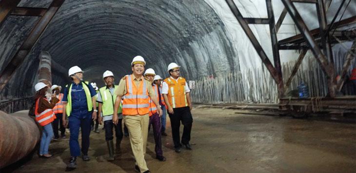 MENGECEK: Iwa Karniwa mengecek progres pembangunan terowongan kembar Tol Cileunyi-Sumedang-Dawuan (Cisumdawu) sepanjang 472 meter. Ist