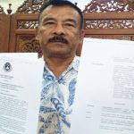 BEBAS : Manajer Persib Umuh Muchtar menunjukan surat keputusan pencabutan sanksi untuk dirinya dari komisi disiplin PSSI. FERRY PRAKOSA/RADAR BANDUNG