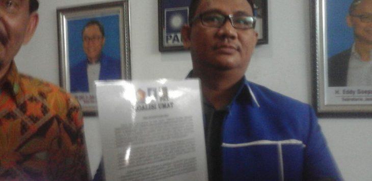Ketua DPD PAN Kota Cirebon, Dani Mardani, saat menunjukkan surat kesepakatan koalisi bersama yang bernama Partai Koalisi Umat (PKU)