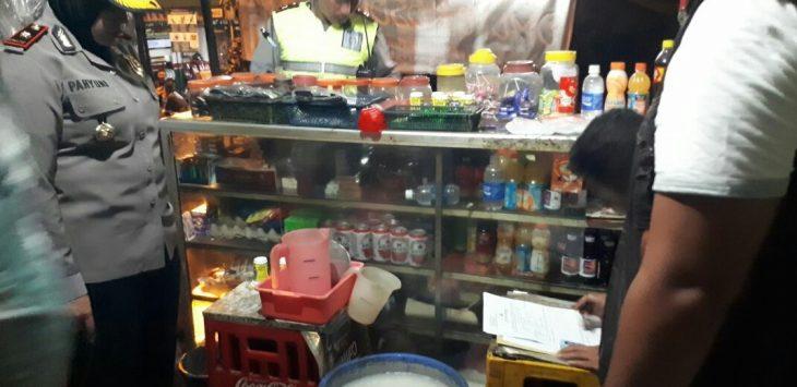 Di lokasi ini, polisi menemukan ember berwarna biru lengkap dengan wadah takaran. Bukan main, saat dibuka berisi minuman oplosan siap kemas.