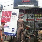 DITERTIBKAN: Para petugas Satpol PP Kabupaten Sumedang tengah mencabuti baliho dan banner yang diduga tak memiliki izin yang sengaja dipasang di jalan raya Bandung Garut. TOHA HAMDANI/RADAR SUMEDANG