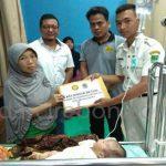 Pengurus PPI Majalengka menyerahkan bantuan kepada orang tua Bais Faisal, penderita hidrosefalus yang menjalani perawatan di RSUD Cideres. FOTO:ISTIMEWA/RADAR MAJALENGKA