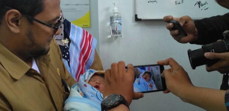 Seorang bayi laki-laki setelah dilakukan penyelanatan oleh pihak Puskesmas Perum, Kota Cirebon./Foto: Alwi.