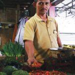 CABAI NAIK: Penjual sayuran di Pasar Resik Jatinangor Juanda saat menunjukan sayuran jenis cabai yang mengalami kenaikan. TOHA HAMDANI/RADAR SUMEEDANG