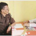 TAHAP II: Tersangka pelecehan seksual, AbdulAzis (36) saat berkas perkaranya dilimpahkan ke JPU di Kejaksaan Negeri Kabupaten Sukabumi, Senin (22/1).