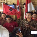 Ahmad Sobari, pemilik akun facebok Barry Sobari saat menyampaikan permintaan maaf di kediaman ketua DPC PDI Perjuangan Kabupaten Bekasi.Enriko/Pojoksatu