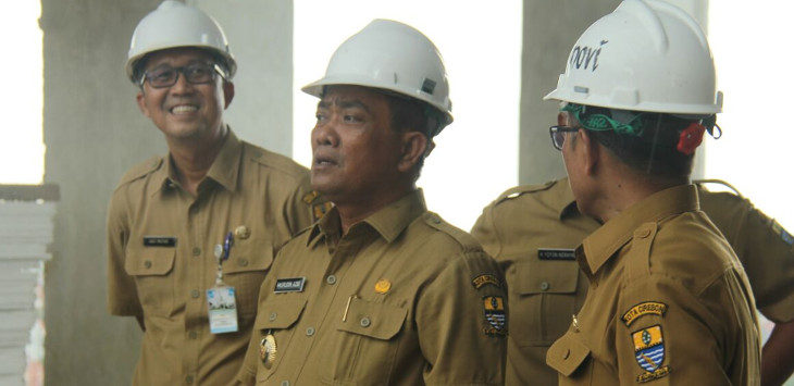 Walikota Cirebon, Nasrudin Azis (tengah) bersama rombongan melakukan inspeksi mendadak pada pembangunan gedung Sekda delapan lantai. Karena tahap finishing Azis memberi adendum kepada pihak pengembang selama 50 hari./ Foto: Alwi.