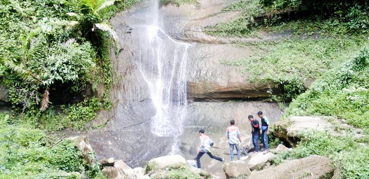 AIR TERJUN: Para pengunjung sedang berfoto di sekitaran Curug Sawer di Kampung Cicadas, Desa Sukajadi, Kecamatan Cibinong.