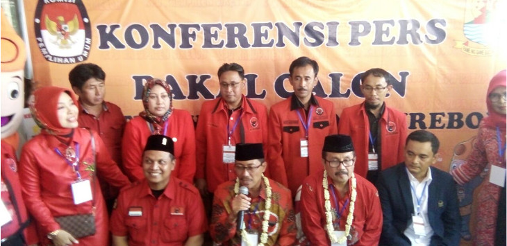 Calon Bupati Cirebon 2018, Sunjaya Purwadisastra (pegang mic), mengatakan dirinya maju menggandeng Imron Rosyadi sebagai wakilnya, karena Imron berasal dari Timur Cirebon. Ia berharap tidak ada gesekan antar Timur dan Barat Cirebon./Foto: Alwi.