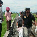 Pihak kepolisian sedang membawa jasad GM (23), warga Brebes, Jawa Tengah, setelah tersambar kereta api 118 Fajar Utama Yogja sekitar pukul 09:45 WIB tadi./Foto: Humas Polres Cirebon.