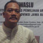 Ketua Panwaslu Kota Cirebon, Susilo Waluyo, saat dikonfirmasi di kantornya Jalan Penamparan No 24, Kelurahan Kesenden, Kota Cirebon tentang berkas aduan Siswandi yang melapor ke pihaknya terkait dugaan mahar politik dilakukan DPD PKS./Foto: Alwi.
