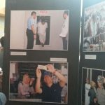 Salah seorang pemuda melihat karya jurnalistik tokoh publik./Foto: Adi