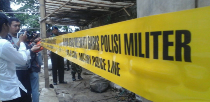 Pemasangan police line pada salah satu gudang pemanfaatan limbah medis di Desa Panguragan oleh Kodim 0620 Kabupaten Cirebon./Foto: Alwi.