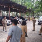 Pegawai DPRD Kabupaten Bekasi keluar gedung saat terjadi gempa.Enriko/Pojoksatu