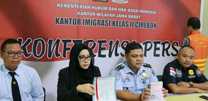 Kepala Imigrasi Kelas II Cirebon, Muhammad Tito Andrianto dan petugas lainnya sedang menunjukan dokumen dimiliki NDJ (52) WNA asal Filipina./Foto: Alwi.