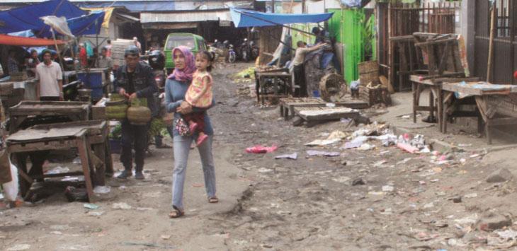 DIKELUHKAN WARGA: Beginilah suasana di siang hari ruas Jalan Julius Usman, Kelurahan Nyomplong, Kecamatan Warudoyong, Kota Sukabumi yang rusak parah.