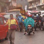 SEMRAWUT: Banyaknya PKL hingga ke badan jalan serta pengemudi angkutan umum yang ngetem sembarangan, membuat Jalan Stasiun Timur Kota Sukabumi ini macet parah setiap harinya.
