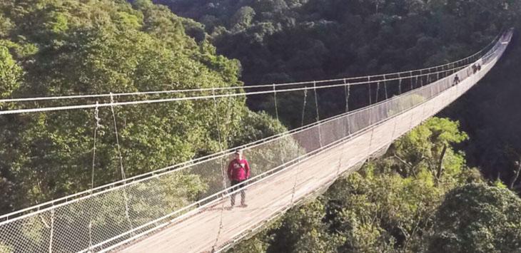 Objek wisata jembatan gantung di kawasan wisata Situ Gunung Kecamatan Kadudampit, Kabupaten Sukabumi .
