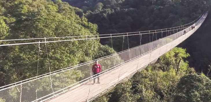 MEMPESONA : Objek wisata jembatan gantung di kawasan wisata Situ Gunung Kecamatan Kadudampit, Kabupaten Sukabumi memacu adrenalin para pengunjung.