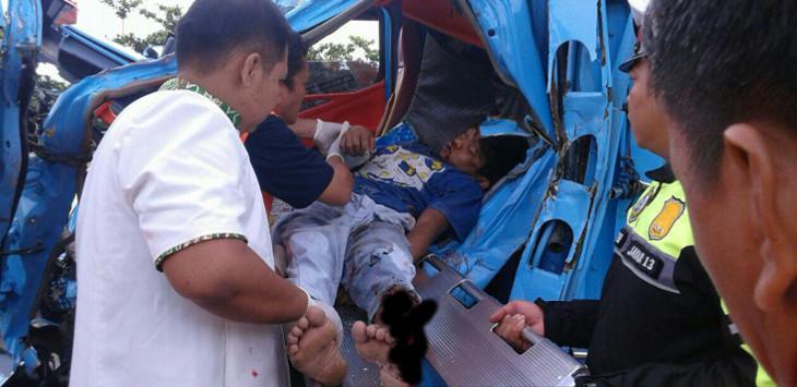EVAKUASI. Sebuah korban kecelakaan Lakalantas di tol Palikanci Km 102 sedang dievakuasi pihak kepolisian. Saat dibawa ke RSUD Gunung Jati, nyawa korban tak bisa diselamatkan. /Foto: Humas Polres Cirebon.