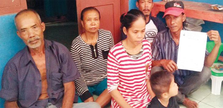 PASRAH: Keluarga AMS hanya bisa pasrah anaknya diciduk polisi. FOTO: YANA MULYANA/RADAR KARAWANG