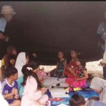 DIHIBUR : PuluhAn anak korban bencana gempa bumi tengah dihibur oleh tim Tagana dari Kemensos RI di Posko pengungsian agar trauma hilling. (foto2) Dirjen Linjamsos Kemensos RI, Harry Hikmat menyerahkan bantuan kepada Wakil Bupati Sukabumi, Adjo Sardjono.