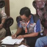 PENDATAAN: Petugas Pemutahiran Data Pemilih (PPDP)  pada saat melakukan pencocokan data kepada salah satu rumah warga, (21/1)