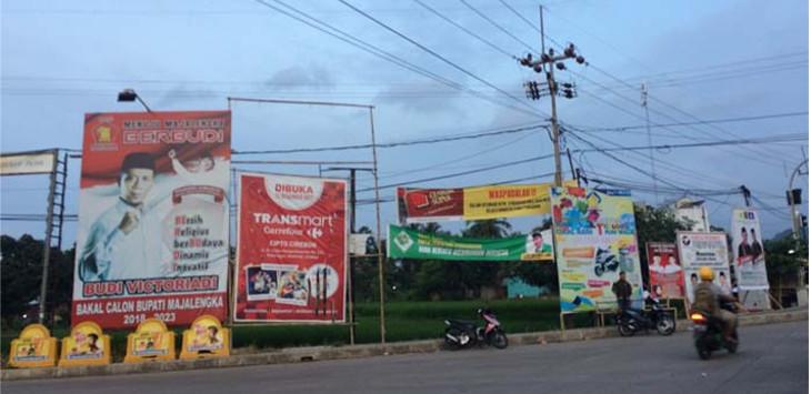 SOSIALISASI: Alat peraga bakal calon yang gagal mendaftar ke KPU, masih terpasang di beberapa sudut jalan perkotaan maupun pedesaan. Foto: Azis Muhtarom/Radar Majalengka