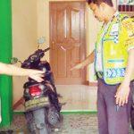 PERIKSA: Polisi saat datang ke lokasi pencurian bermotor di Kelurahan Kemirimuka, Kecamatan Beji. Aji Hendro, Metro Depok