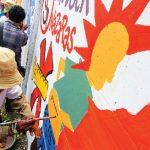 KEREN: Sejumlah orang sedang membuat gambar dan mengecat di tembok dengan teknik Mural Geometris, di sepanjang Jalan Kol. Pol. Pranoto, Kelapa Dua, Cimanggis, minggu (21/1/18). Ahmda Fachry/Radar Depok
