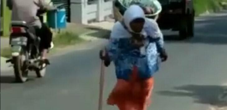 Seseorang nenek berkeliling di Cirebon menjajakan dagangannya di pagi hari./Sumber: IG @rhadyan_s