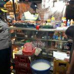 Kapolsek Bogor Barat Kompol Pahyuni menemukan ember berisi miras oplosan./Foto: Kapolsek Bogor Barat