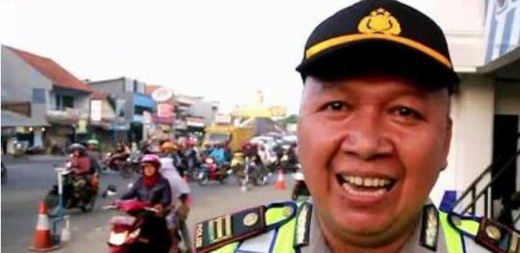 AKP Tutu Mulyana, Kapolsek Kedawung. Namanya kini banyak diperbincangkan karena  sebuah video jogednya yang menghibur masyarakat./Foto: Alwi.