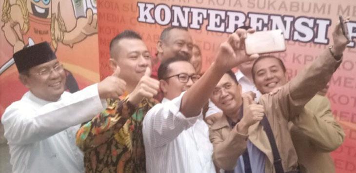 HARMONIS: Empat Pasangan Calon (paslon) yang akan maju di Pilwalkot 2018 sedang berfoto bersama di KPU Kota Sukabumi, belum lama ini