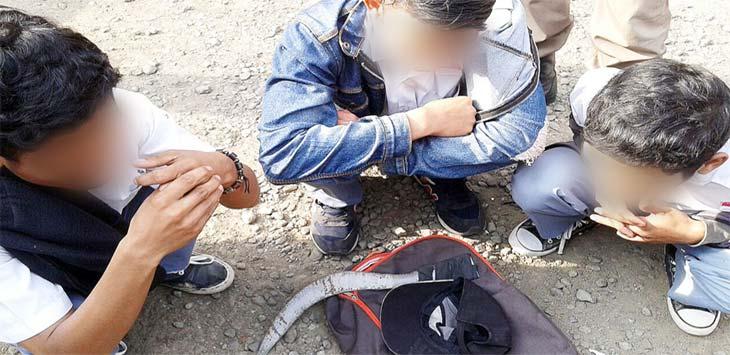 TIDAK KAPOK: Tiga siswa yang kedapatan membawa senjata tajam di tas sekolahnya, ditangkap Satpol PP dan diserahkan ke kepolisian.