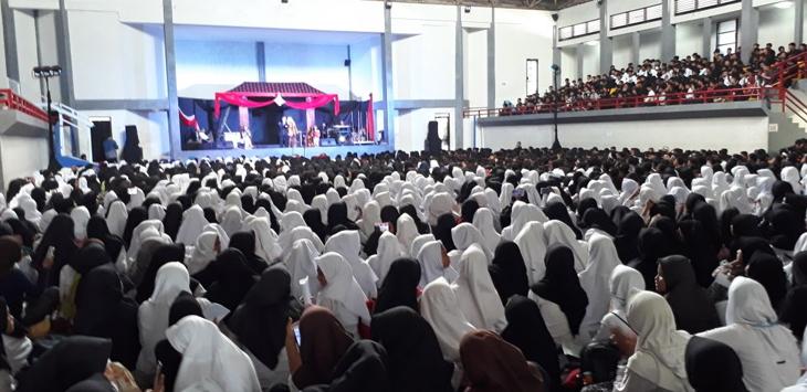 Sejumlah pelajar di Purwakarta antusias menyaksikan Sudong./Foto: Rmol