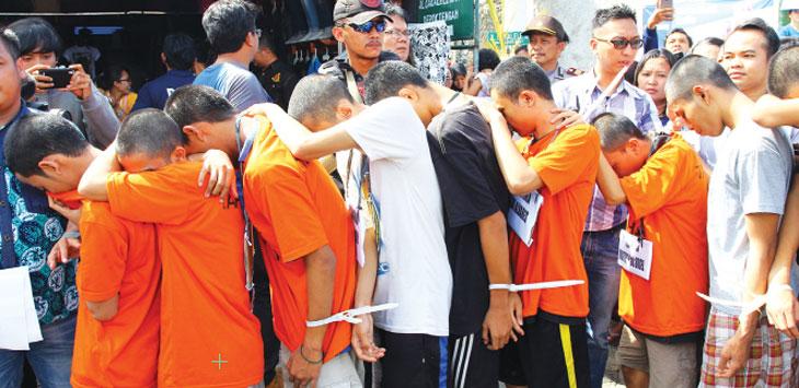 TERSANGKA GENG MOTOR: Sejumlah tersangka geng motor saat mengikuti prarekontruksi mengenai penjarahan di salah satu toko pakaian di Jalan Sentosa Raya, Kecamatan, Sukmajaya. Ahmad Fachry/Radar Depok