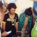 DIAMANKAN: Dua pemuda ditangkap warga usai kedapatan mencuri dompet di dalam kios gawai, Jumat (12/1/17). MOCHAMAD YACUB ARDIANSYAH/GOBEKASI