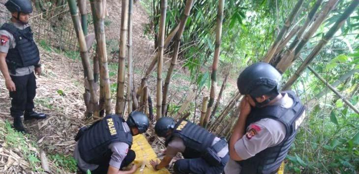 MEMERIKSA: Tim Penjinak Bom (Jibom) Polda Jawa Barat memeriksa kondisi granat di Komplek Bukit Jatinunggal Shangyang Pancanaka Hills RT 05/04 Kecamatan Cimahi Selatan. GATOT POEDJIUTOMO/RADAR BANDUNG