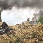 POLUSI: Salah satu perusahaan pengapuran di Desa Padabeunghar, Kecamatan Jampangtengah, saat melakukan pembakaran bahan batu kapur menggunakan ban bekas hingga mengeluarkan kepulan asap hitam tebal.