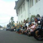 Sekelompok anak SMA sedang mengabadikan momen perpisahan sekolah dengan foto bersama di gedung tua BAT (Britsh American Tobacco) Kota Cirebon./Foto: Alwi.